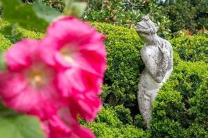 Flower_statue_bush_charleston.jpg